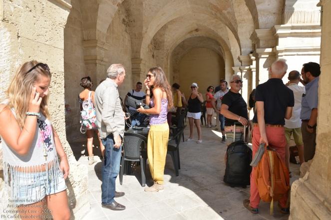Terza tappa: siamo arrivati in Piazza San Giorgio a Melpignano. Qui siamo sotto i Portici, tiriamo fuori gli strumenti...