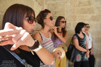Ogni sezione ripassa la propria parte: i flauti...