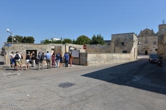 Prima ci fermiamo davanti all'ingresso del frantoio ipogeo, scavato nella pietra e scendiamo a visitarlo