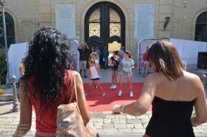 ...troviamo delle bambine che ballano per animare il punto informativo istituzionale...