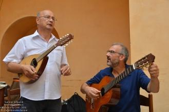 Ci dà un assaggio del repertorio dei barbieri-musicisti, facendosi accompagnare dal M° Luigi Mengoli