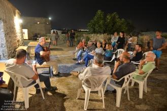 La sera, ceniamo tutti insieme e poi, come di consueto, il commiato attraverso il baratto performativo tra i performer della SummerSchool e gli artisti e i testimoni del luogo. Qui Luigi Mengoli