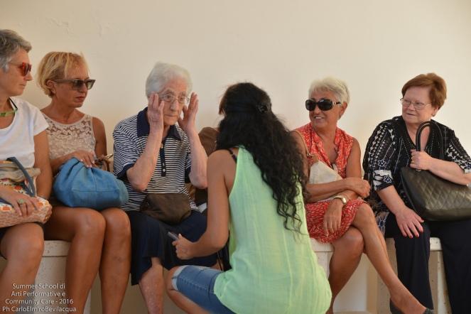 Innanzitutto ascoltiamo Nena Casciaro e Rosanna Carluccio di Ortelle che testimoniano dell'esperienza teatrale delle signore anziane dell'Associazione Na Manu Onlus