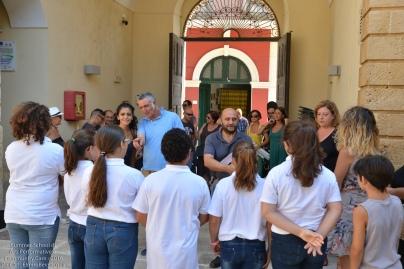 Ad accoglierci ci sono anche alcuni allievi della Scuola primaria di Patù impegnati nel progetto 'Adotta un monumento'