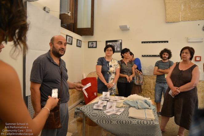 Le tessitrici della 'Fondazione Le Costantine' di Uggiano La Chiesa che ci raccontano della loro esperienza e dei loro raffinati tessuti