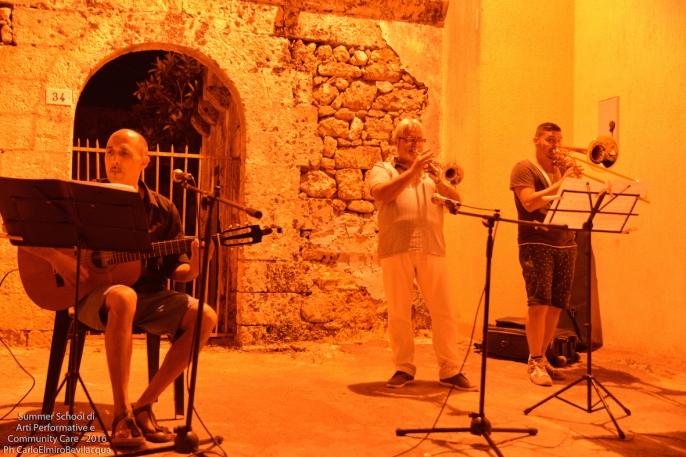 L'esibizione musicale di Martino Pezzolla (tromba), Matteo Pezzolla (trombone) e Antonio Ramos (chitarra)