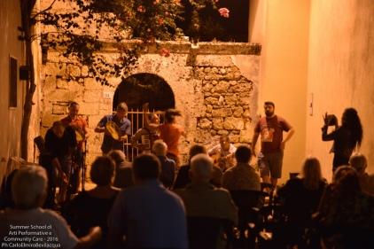 Ma lo scambio continua: un gruppo di musica popolare di Patù suona brani di pizzica